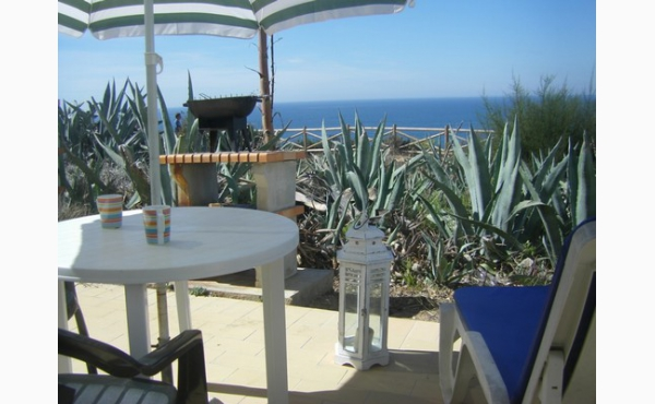 Terrasse direkt auf den Klippen, Meerblick Grill Essplatz und Sonnenliegen / Terrace direct on the cliffs, sea view, diningarea